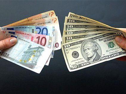 Курс евро станет дешевле доллара
